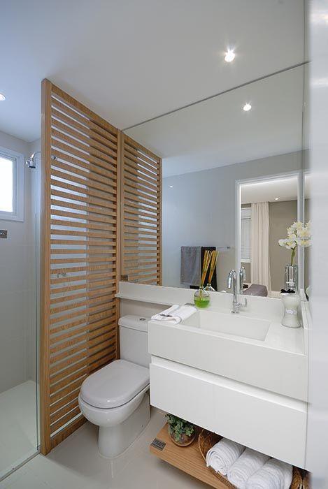 divisória de madeira em banheiro