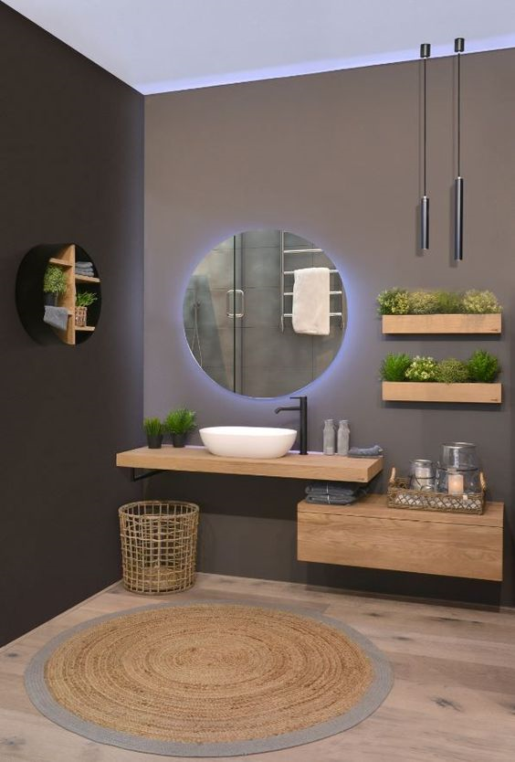 espelho com luz de led e plantas em banheiro
