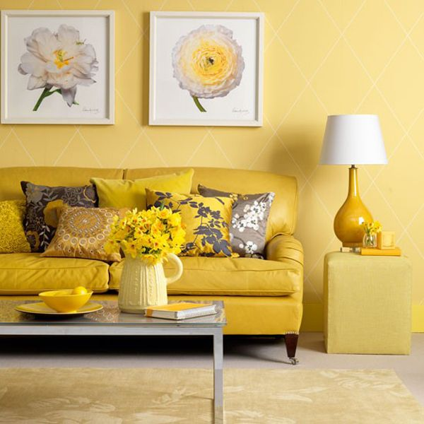 móveis amarelos em sala de estar