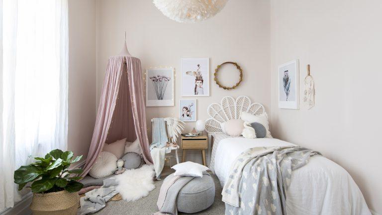 quarto infantil com quadros e molduras