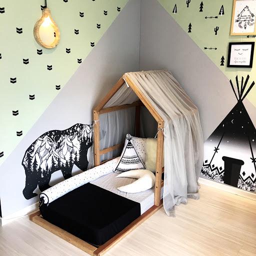 quarto montessoriano com cores neutras