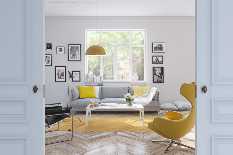 sala de estar com cores neutras e amarelo de destaque