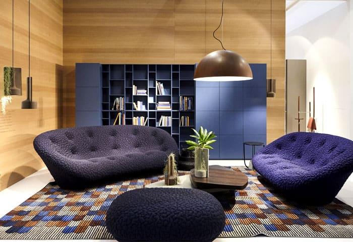 sala de estar diferente com móveis azuis