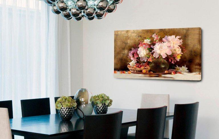 sala de jantar com quadro em destaque na parede