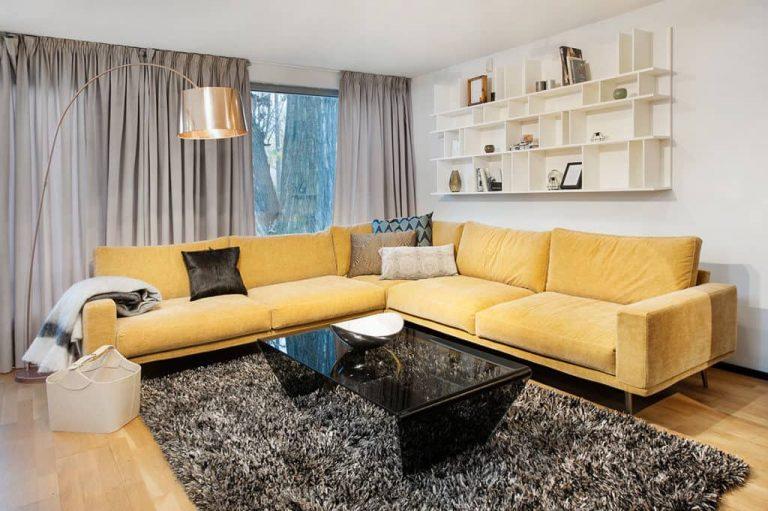 sofá amarelo como destaque em sala de estar