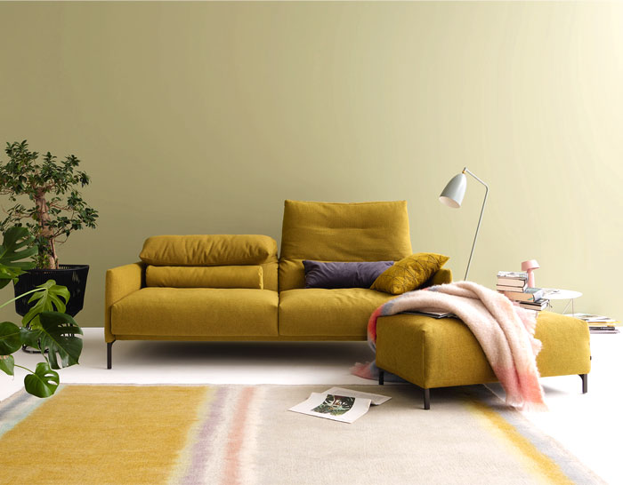 sofá amarelo em sala de estar