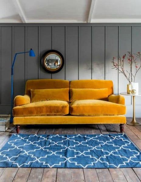 sofá amarelo-mostarda de veludo