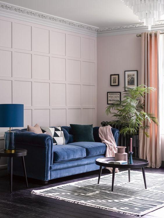 sofá azul em sala de estar