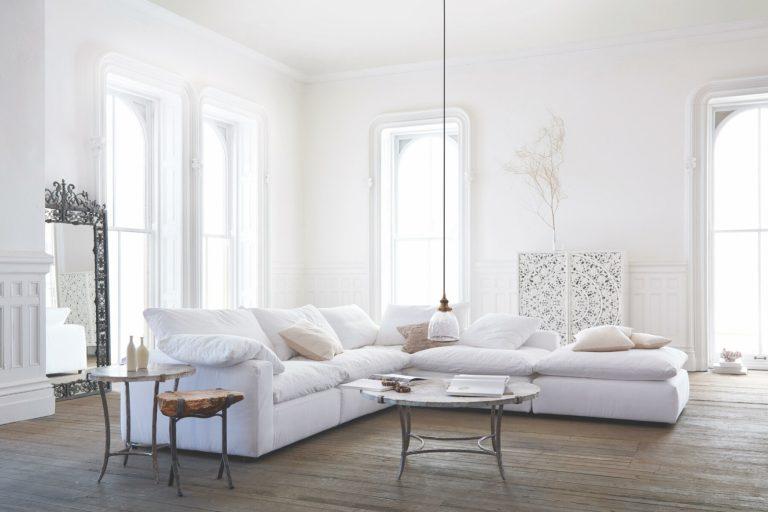 sofá branco em sala ampla