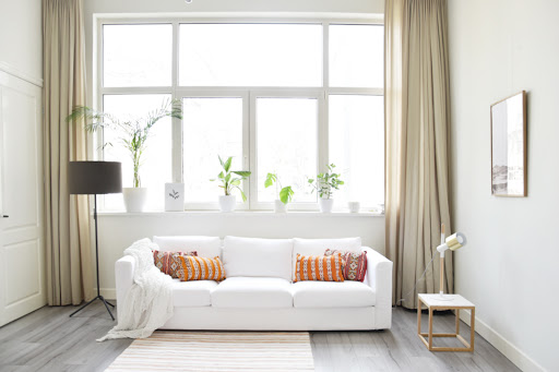sofá branco em sala minimalista