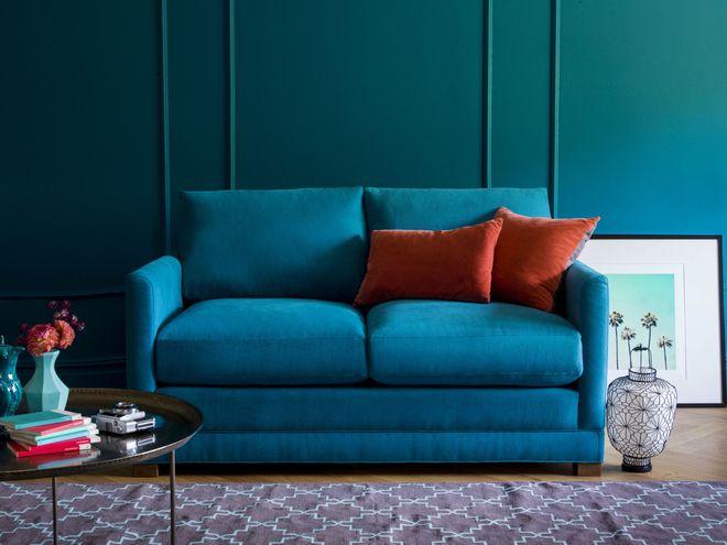 sofá e parede azuis em sala de estar