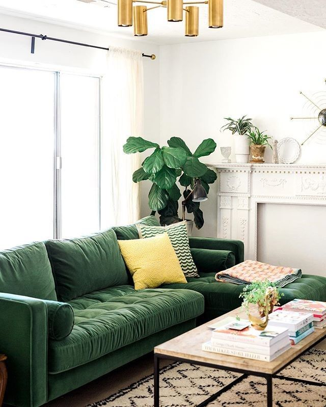 sofá verde em sala de estar decorada