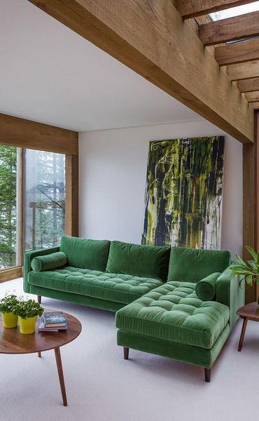 sofá verde em sala de estar