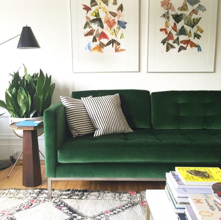 sofá verde em sala