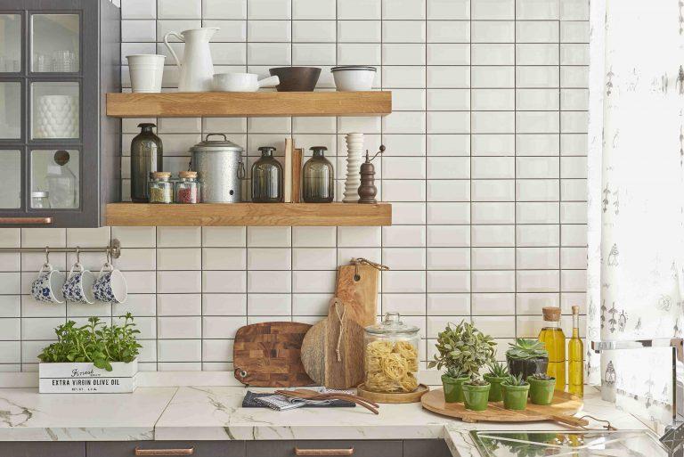 cozinha com ladrilhos do tipo metro white