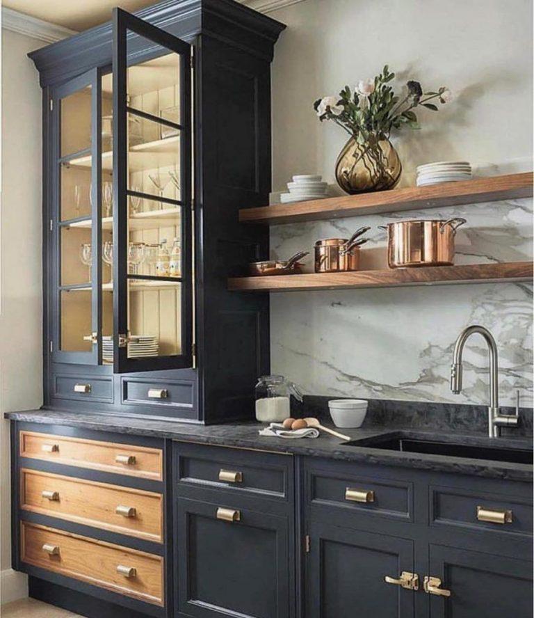 cozinha com móveis pretos