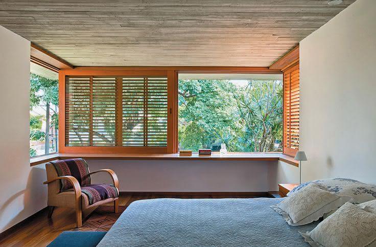 janela de madeira em casa