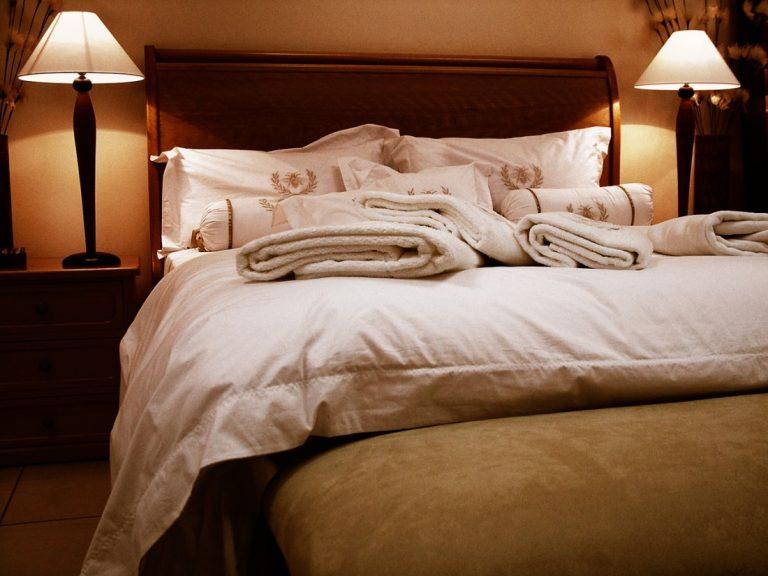 luminárias em quarto de casal
