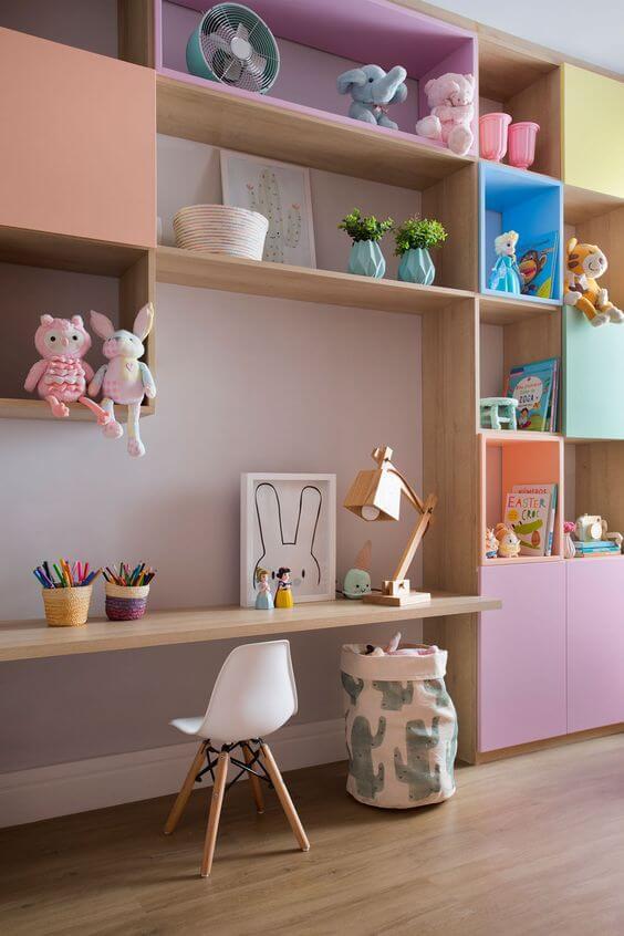 prateleiras em quarto infantil