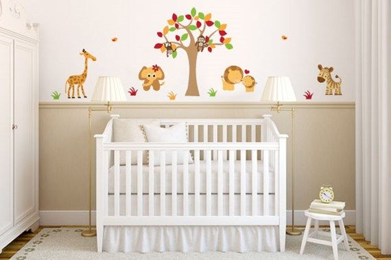 quarto de bebê com animais selvagens na parede