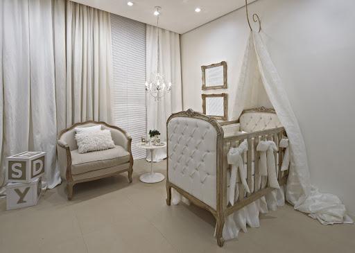 quarto de bebê com detalhes dourados