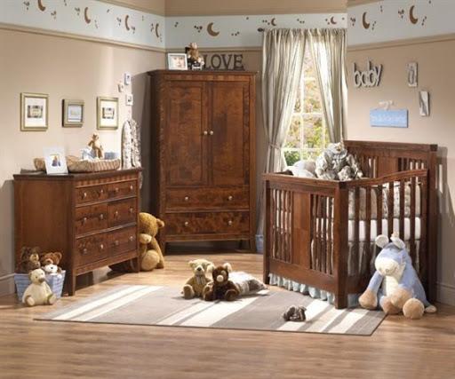 quarto de bebê com móveis de madeira