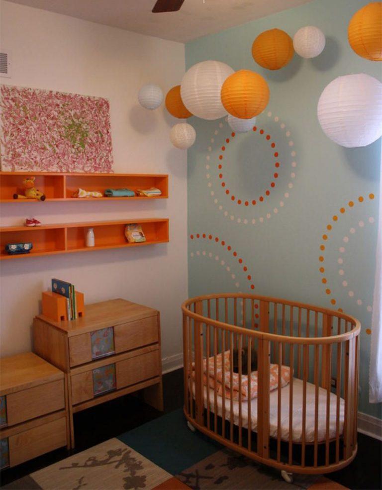 quarto de bebê com tons de laranja