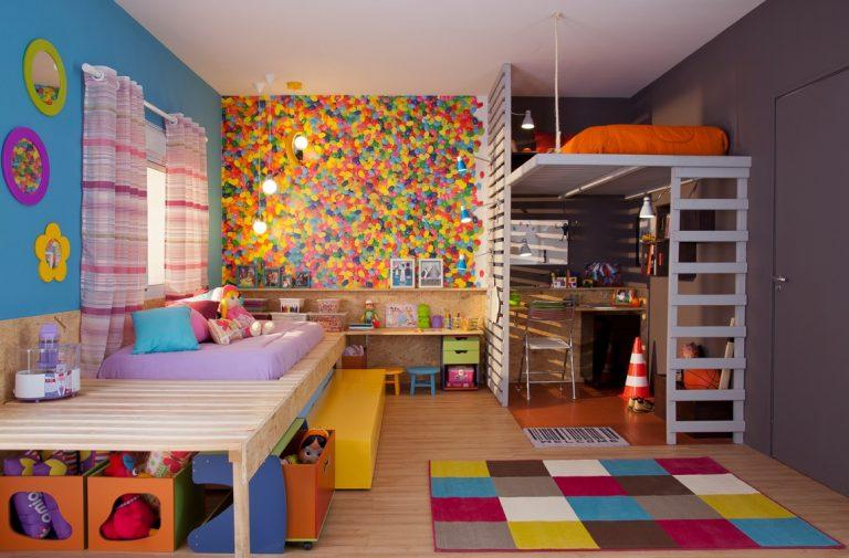 quarto infantil com bastante cores