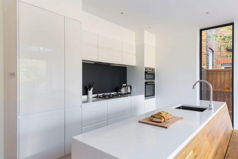 armários minimalistas brancos para cozinha