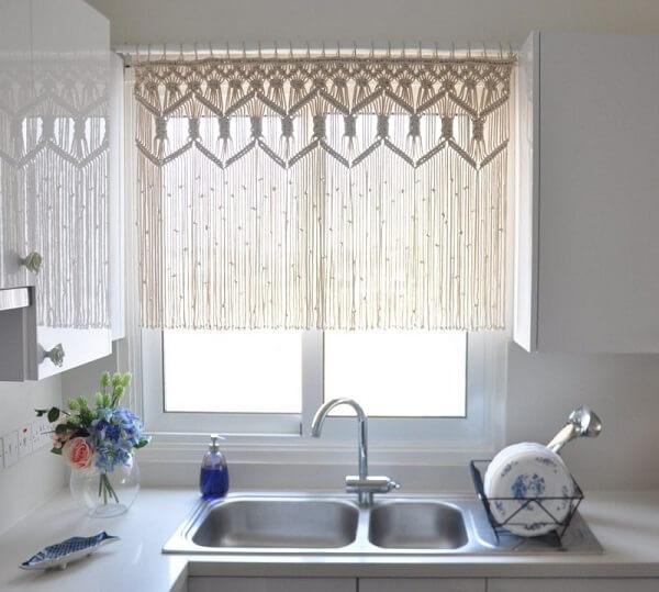 cortina em janela em frente à pia