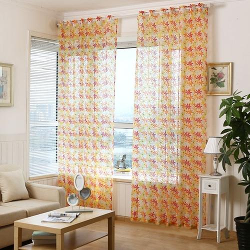 cortina estampada com transparência em sala