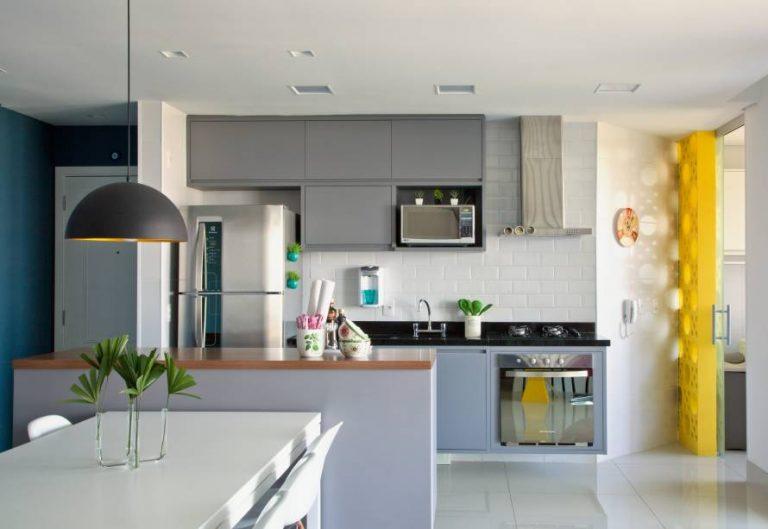 cozinha integrada com cores neutras