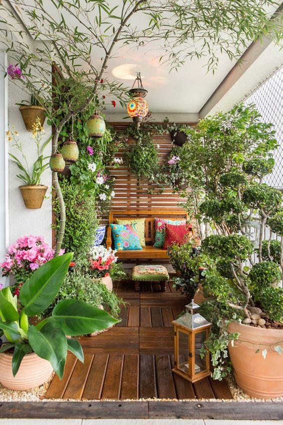 Jardim pequeno com vasos