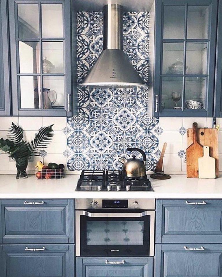 móveis e azulejos azuis em cozinha