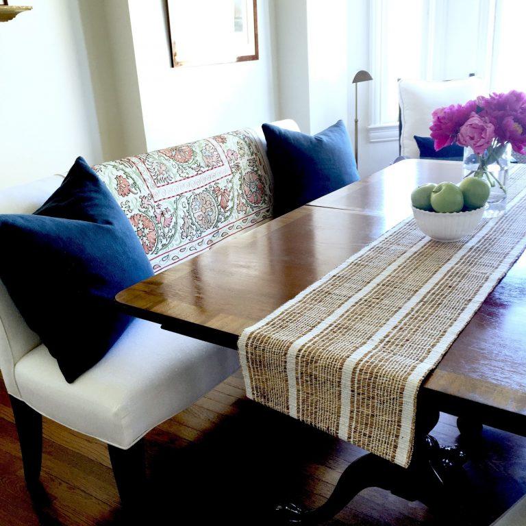 mesa de jantar e almofadas