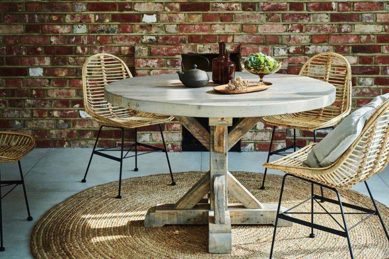 mesa redonda e cadeiras sustentáveis