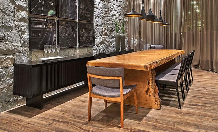 sala de jantar com móveis diferentes