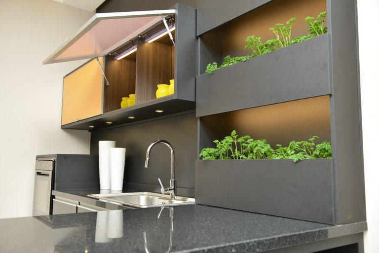temperos em prateleiras em cozinha