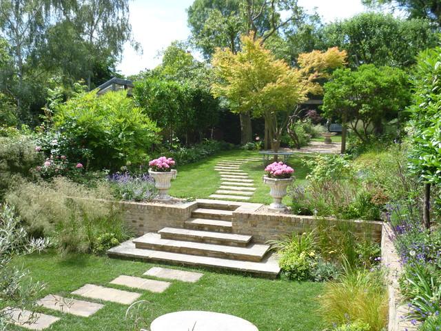 jardim grande com caminho de pedras