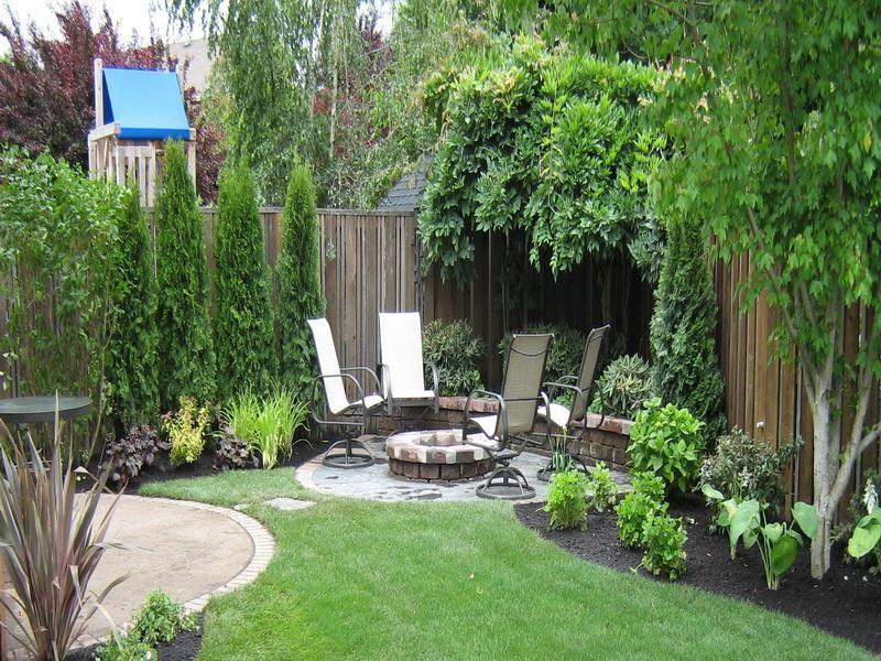 jardim grande com espaço de descanso