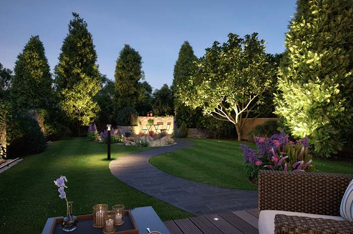 jardim grande com iluminação direcionada