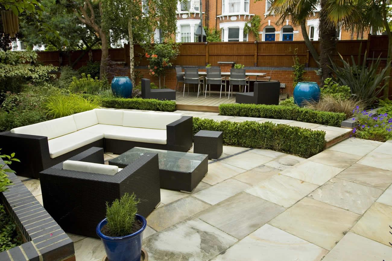 jardim grande com móveis
