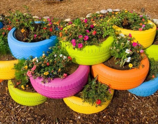 pneus como vasos para plantas em jardim